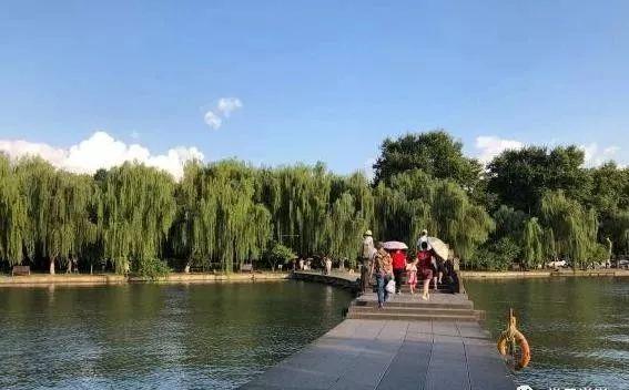 杭州西湖边最特殊的一个公园,拥有千年历史和传说,游人如织!