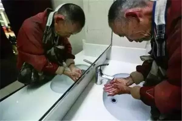 杭州拾荒网红意外身亡,遗物比浙大身份还令人震惊!图1