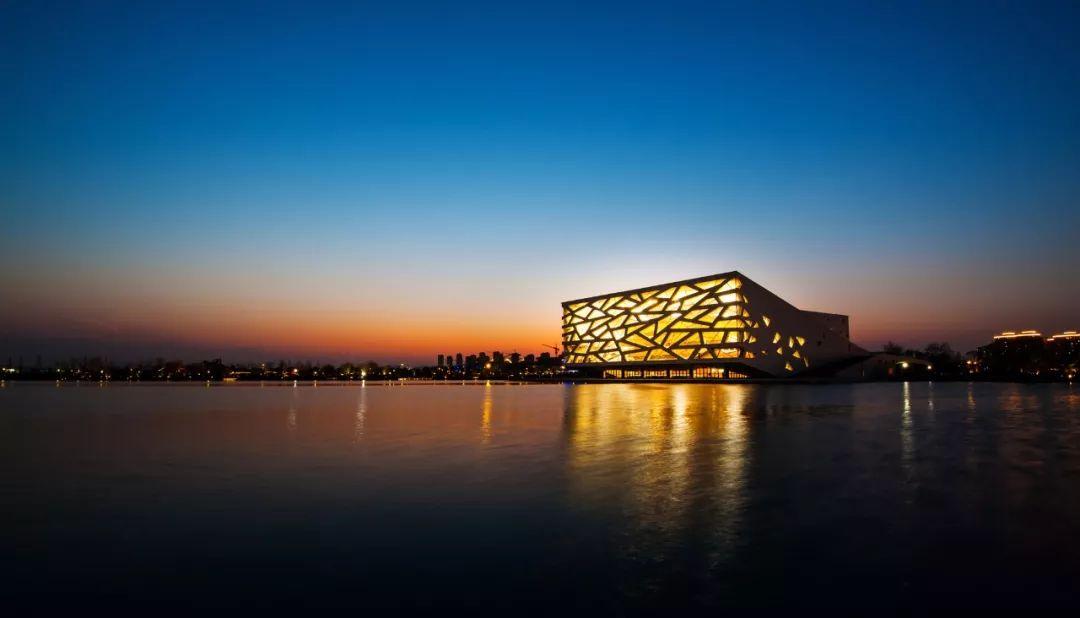 杭州文化新地标,宛如从水面升腾起的巨龙 - 余杭歌剧院