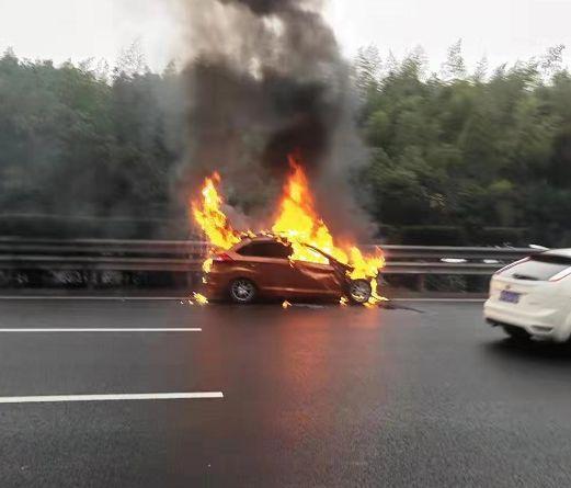 高速上瞄了眼手机,小车撞大货车起火!