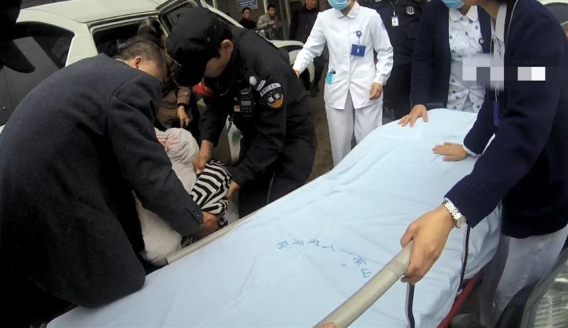 油门当刹车,杭州一20岁女司机开车不慎坠河!幸亏他们赶到!