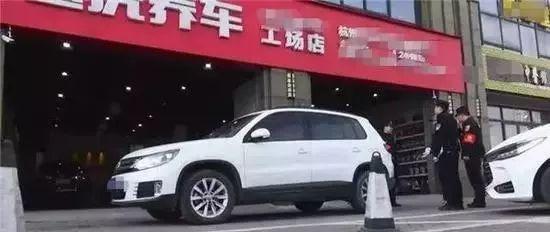 杭州一店老板把公共车位占为己用,女车主怒了强硬停车...