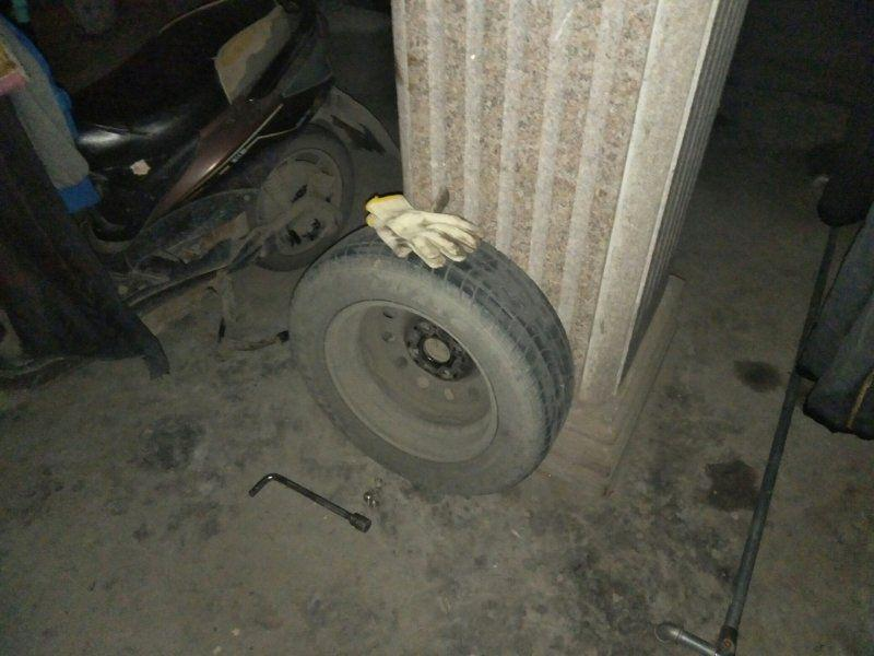 杭州70岁老奶奶亲自动手卸轮胎:我让他挪车他不挪!