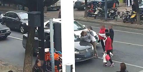 """杭州不讲理母女当街殴打女司机,还说""""汽车就该让行人!"""""""