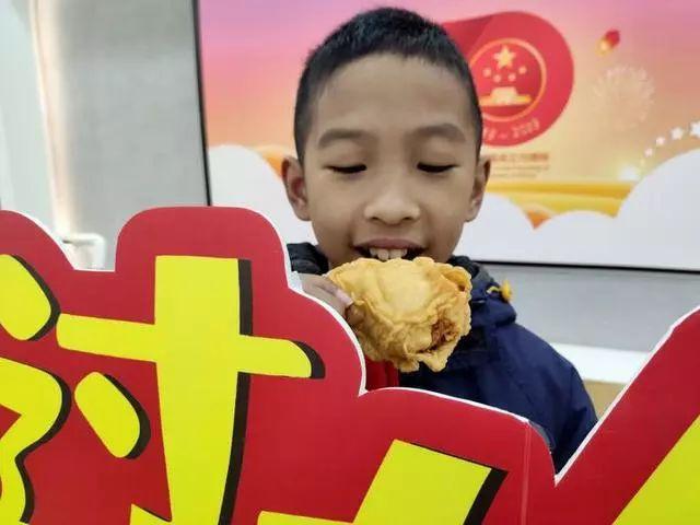发猪肉了!还有鸡腿!今天杭州一学校发期末奖励,娃的表情很精彩!图2