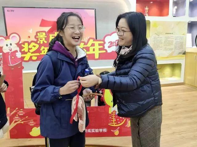 发猪肉了!还有鸡腿!今天杭州一学校发期末奖励,娃的表情很精彩!