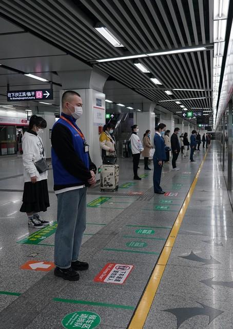 今天10点的杭州,所有地铁就地停车3分钟,,全城司机鸣笛!