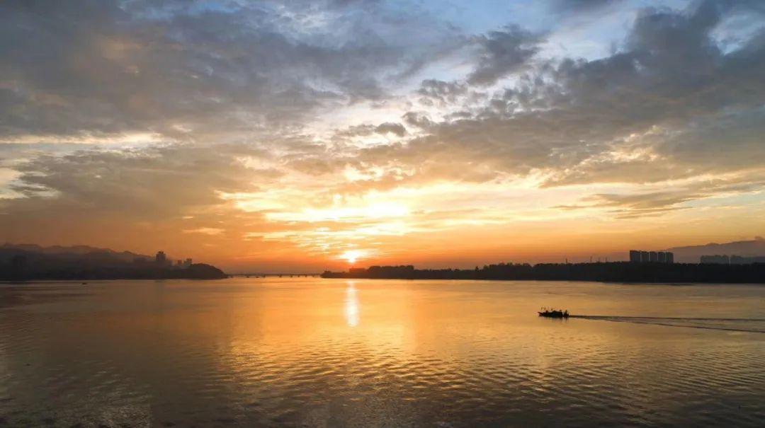 今晨,杭州出现的火烧云太美了!