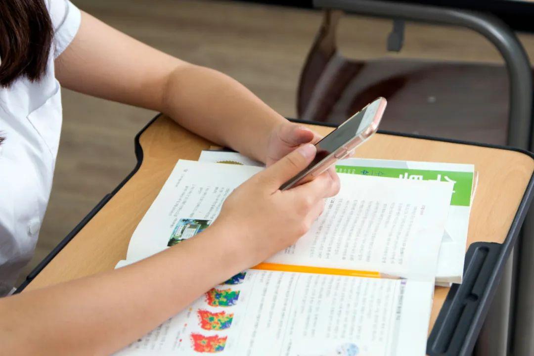 教育部通知!中小学生不得带手机入校,学校不得用手机布置作业!